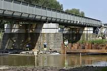 V Labi rostou nové mostní pilíře. Starý železniční most přes Labe u Rosic se posune.