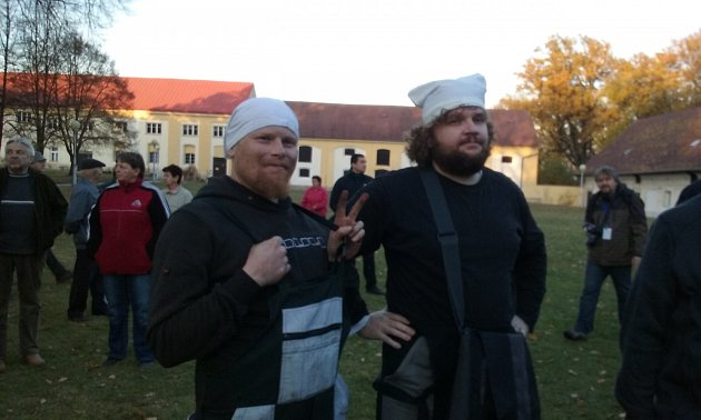 Vparku vZámrsku čekají dva kominíci, kteří svůj nesouhlas chtějí vyjádřit pomocí červených trenýrek