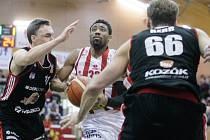 Basketbalový duel mezi BK JIP Pardubice (v bíločerveném) a Dekstone Tuři Svitavy (v černém) v hale na Dašické.