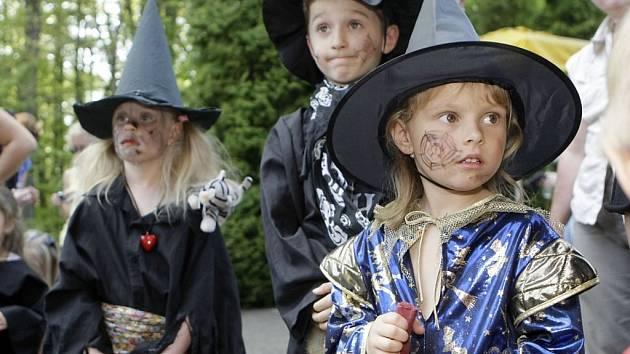 V Perníkové chaloupce se tradičně hledá ta nejkrásnější čarodějnice.