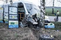 Řidič osobního vozu u Starého Mateřova naboural a vytlačil ze silnice autobus školy Svítání a od nehody utekl.