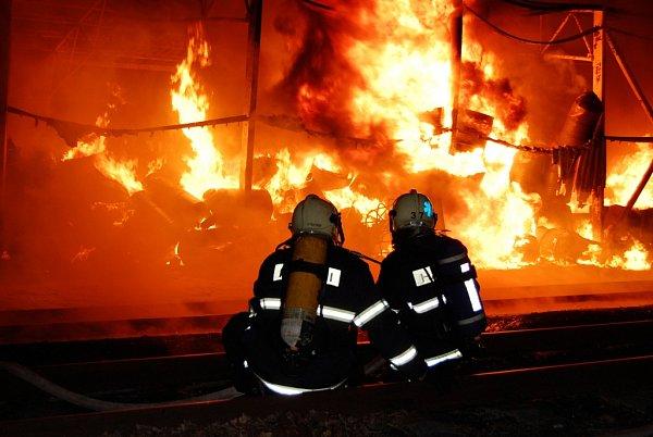 Požár vSemtíně byl mimořádného rozsahu. Hasiči bojovali splameny několik hodin.