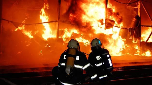 Požár v Semtíně byl mimořádného rozsahu. Hasiči bojovali s plameny několik hodin.