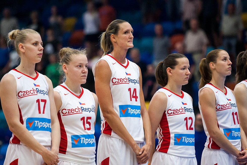 Basketbalistka Petra Kulichová s č. 14 v přípravném utkání Česko - Chorvatsko.