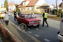Nehoda v Holicích. Před cyklistou, který náhle vjel do silnice už řidič nestihl zabrzdit. Nehoda skončila jen lehkým zraněním