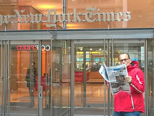 """Když můžou oni... Američané jsou velmi hrdi na své věci. Proč jim ale v tom vlastenectví a patriotismu nekonkurovat? A tak jsem si přímo před sídlem """"Timesů"""" rozbalil Pardubický deník."""