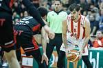 Basketbalové utkání Kooperativy NBL mezi BK JIP Pardubice (v červenobílém) a DEKSTONE Tuři Svitavy (v černozčerveném) v pardubické hale na Dašické.