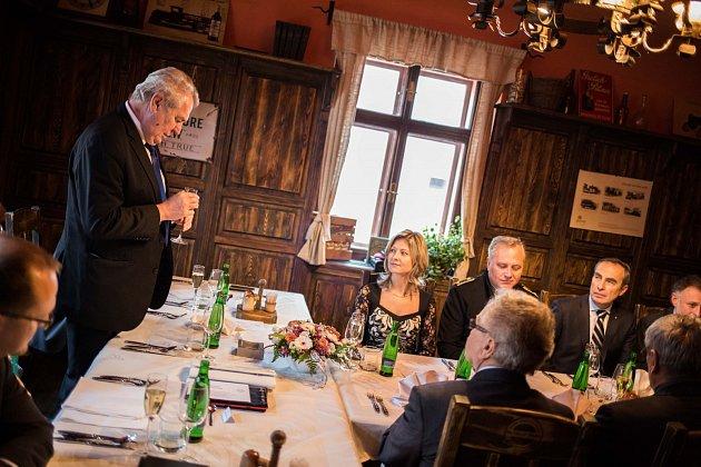 Prezident Miloš Zeman poobědval se senátory a poslanci v přeloučské restauraci Na staré poště.