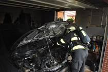 Auto shořelo přímo v garáži.