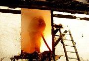 V neděli ráno likvidovali hasiči požár v Pravech na Pardubicku