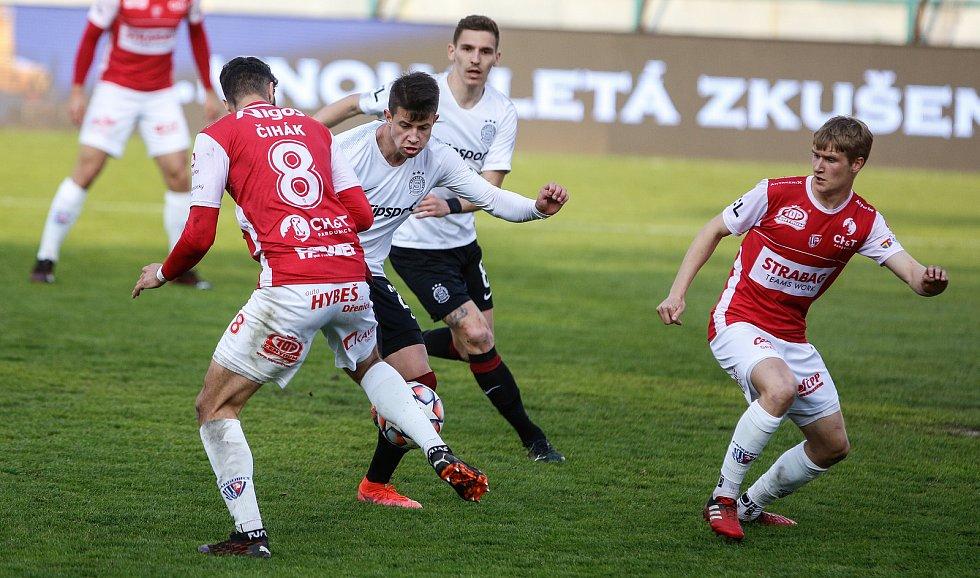Fotbalové utkání Fortuna ligy mezi FK Pardubice (v červenobílém) a AC Sparta Praha ( v bíločerném) na Městském stadionu Ďolíček v Praze.
