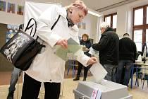 První kolo prezidenských voleb v ZŠ Bratranců Veverkových v Pardubicích.