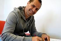 Tomáš Rolinek podepsal smlouvu a dál bude kapitánem pardubických hokejistů.
