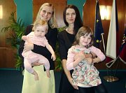 NOVINÁŘKA MARKÉTA KUTILOVÁ (vpravo) s dcerou Magdalénkou a loňská vítězka titulu Žena roku za Pardubický kraj Ivona Baklíková s dcerou Julií.