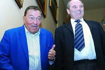 Při návštěvě Pardubic byl v hotelu Zlatá štika ubytován slavný švýcarský záhadolog Erich von Däniken (vlevo). Vpravo hoteliér Oldřich Bujnoch