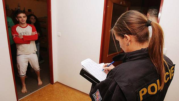 Policisté zkontrolovali více než 400 cizinců v ubytovně Na Hůrkách v Pardubicích