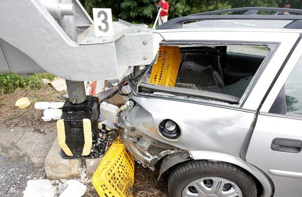 UChvaletic smetlo Pendolino zpřejezdu osobní automobil. Jeho řidič zřejmě nerespekoval výstražné znamení na chráněném železničním přejezdu.