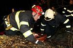 Záchranáři v Pardubicích měli noční cvičení. Vyprošťovali autobus plný lidí, který spadl ze srázu.