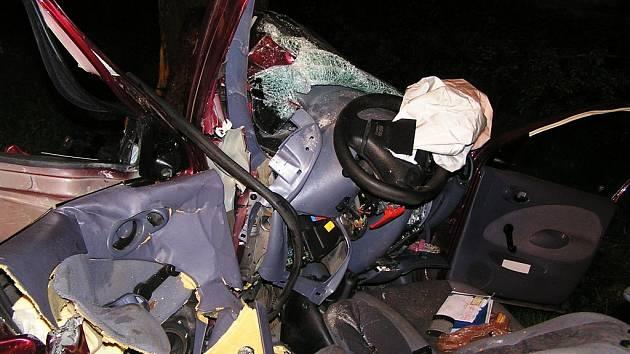 Následky noční nehody u Vysoké u Holic