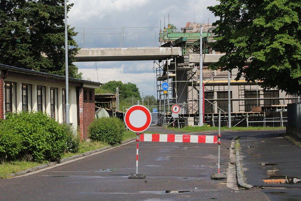 Kvůli demoličním pracím byla uzavřena část ulice Kyjevská od spodní nemocniční vrátnice až k hlavnímu vchodu, před kterým je provizorní točna.