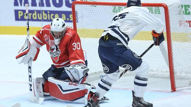 Hokejové utkání Memoriálu Zbyňka Kuséhp mezi HC Dynamo Pardubice (v červeném) a HC Košice (v bílomodrém) v pardubické ČSOB pojišťovna ARENĚ.