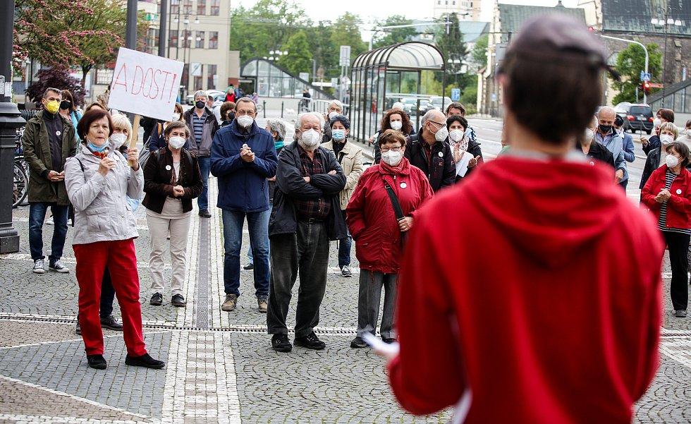 Čtvrteční demonstrace před Východočeským divadlem v Pardubicích
