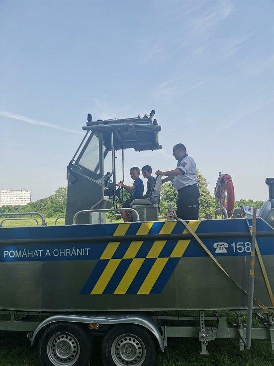 Pardubičtí policisté přivezli na koupaliště Cihelna svůj policejní člun a také rady, jak strávit bezpečné léto u vody nebo na dovolené.