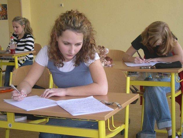 Studenti se potí u maturitních písemek.