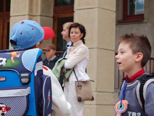 Prvňáčci před školou