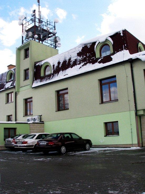 Náchodský hotel V yhlídka vlastněný vlivným straníkem ČSSD Miloslavem Mrštinou. Financovala jeho přestavbu na nevěstinec ČSSD penězmi ze státního rozpočtu, určenými na zvyšováni zaměstnanosti?