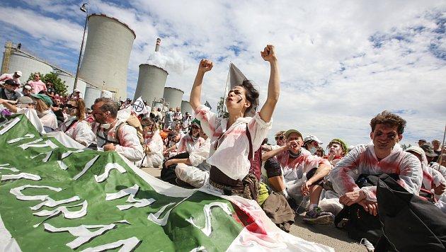 Aktivisté bojující proti chvaletické elektrárně se sešli na nádraží vŘečanech nad Labem na akci Zachraňme klima, zastavme Chvaletice, poté pokračovali pochodem kzadní bráně elektrárny.