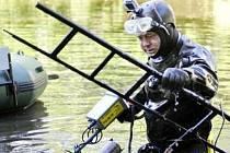 Hledání minuce ve slepém rameni řeky Labe v Pardubicích.