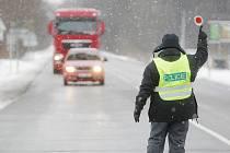 Nákladní dopravu směřující na Svitavsko odklánějí policejní hlídky už v Pardubicích - Černé za Bory