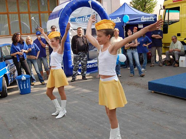 Na Dni s Deníkem v Opatovicích nad Labem  vystoupily i místní mažoretky.