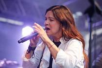 Koncert zpěvačky Anny K. k jejímu aktuálnímu albu Světlo na nádvoří pardubického zámku.