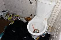 Pokoj po pobytu zfetovaného nájemníka vypadal jako po výbuchu.