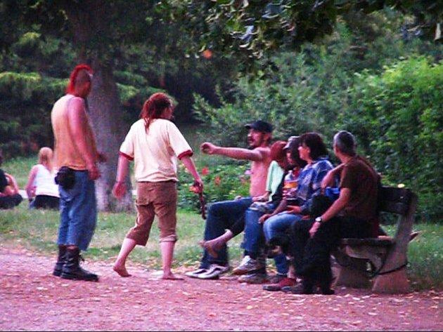 Bezdomovci v letním kině. Když nežebrají, tak se alespoň perou