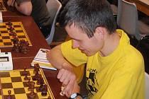 Stálice. David Navara jezdí do Pardubic každý rok. Jeho specialitou je oblékáni triček s logem  festivalu Czech Open.