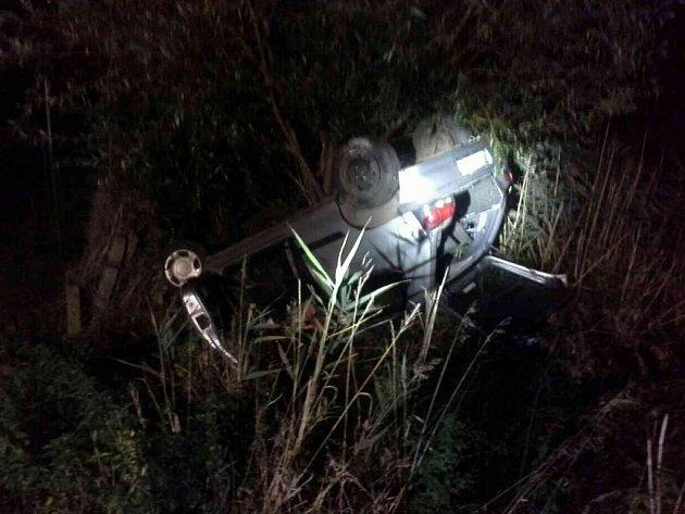 Automobil po nehodě skončil na střeše.