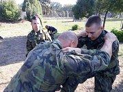 Výuka bojového umění krav-maga u 14. pluku logistické podpory v Pardubicích.