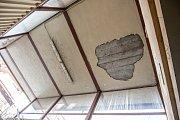 Trosky utrženého stropu nad schodištěm v podchodu na Karla IV.