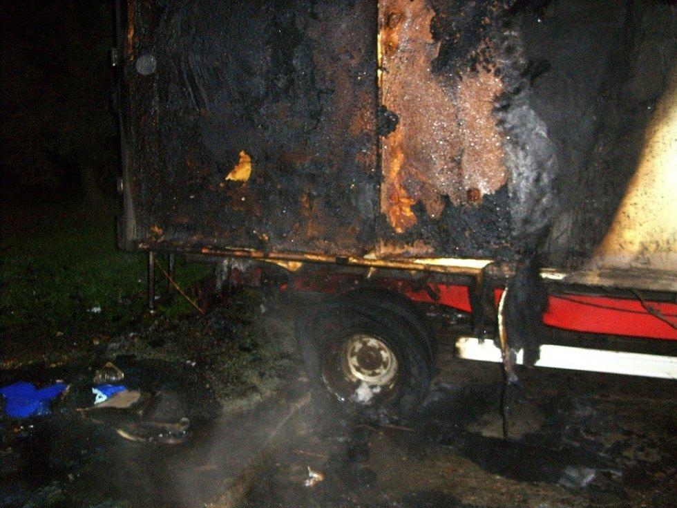 Soupis škod za žháři je rozsáhlý a jde přes půl milionu korun. Od jedné zapálené popelnice bylo poškozeno také nákladní vozidlo.