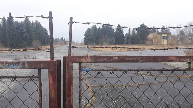 Hangáry za plotem letadlo neviděly přes deset let. To samé platí o údržbě.
