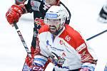 Hokejové utkání Tipsport extraligy v ledním hokeji mezi HC Dynamo Pardubice (v bíločerveném) a HC Oceláři Třinec.