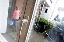 V poliklinice na náměstí nadělal pachatel při vloupání větší škody, než kolik se mu podařilo ukrást.