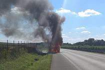 Na silnici I/37 mezi Pardubicemi a Hradcem Králové vzplál nákladní vůz.