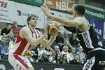 Basketbalové utkání 12. kola nadstavbové část Kooperativy NBL mezi BK JIP Pardubice (v bíločerném) a ČEZ Basketball Nymburk (v černém) v pardubické hale na Dašické.