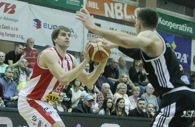 Basketbalové utkání 12.kola nadstavbové část Kooperativy NBL mezi BK JIP Pardubice (vbíločerném) a ČEZ Basketball Nymburk (včerném) vpardubické hale na Dašické.