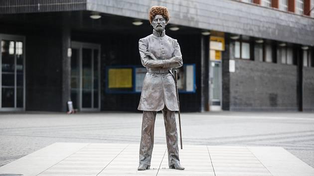 Před Hlavním nádražím v Pardubicích vznikla socha na památku pardubické ikony Josefa Václava Antonína Kulhánka, přezdívaného Krychlič.
