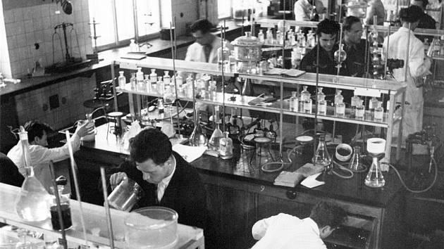Z historie. Laboratoře v budově na Leninově náměstí (dnes Československých legií), snímek z 50. let.